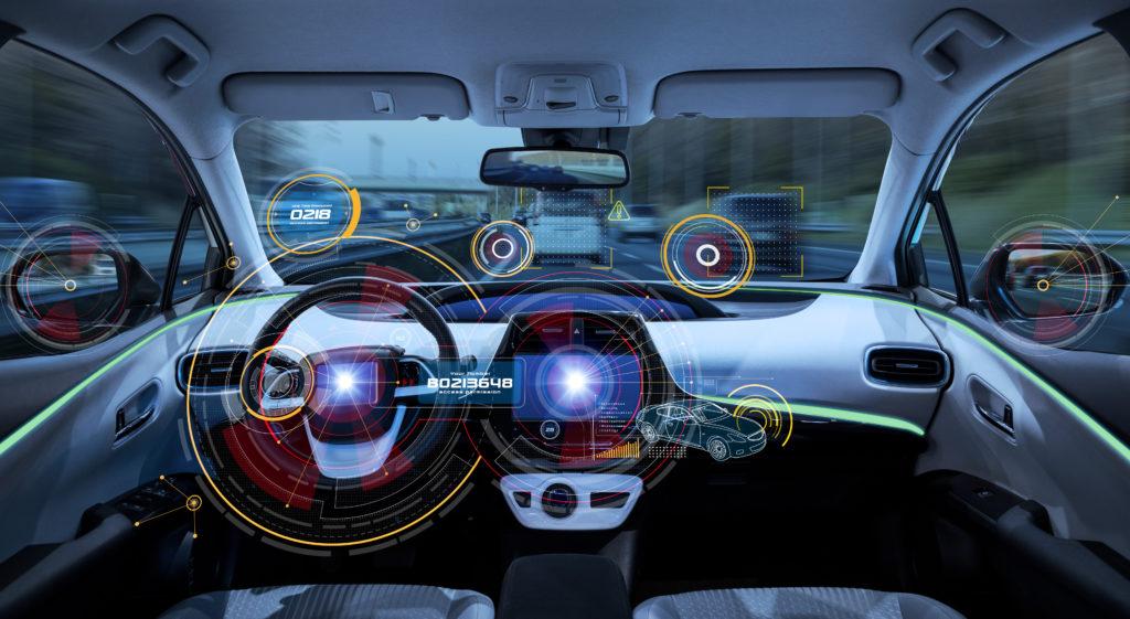 Connected Car heißt auch smarte Displays im Fahrzeug, die das Leben leichter machen - Grafik eines Autos, auf dessen Displays Infos angezeigt werden.